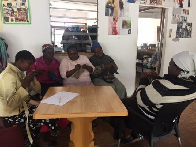 Matarenda Ausbildungsprojekt Mutare, Simbabwe: Blinde Frauen stricken. 2019