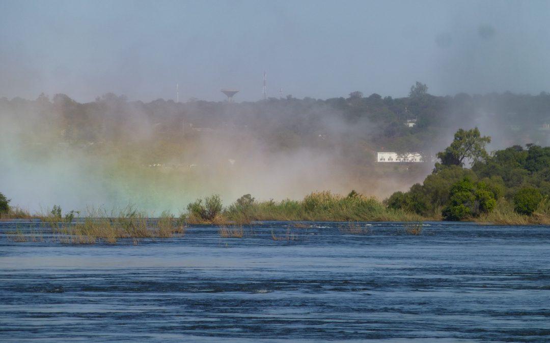 Ein impossantes Naturereignis :  Die Victoria Wasserfälle, Blick von Sambia nach Simbabwe