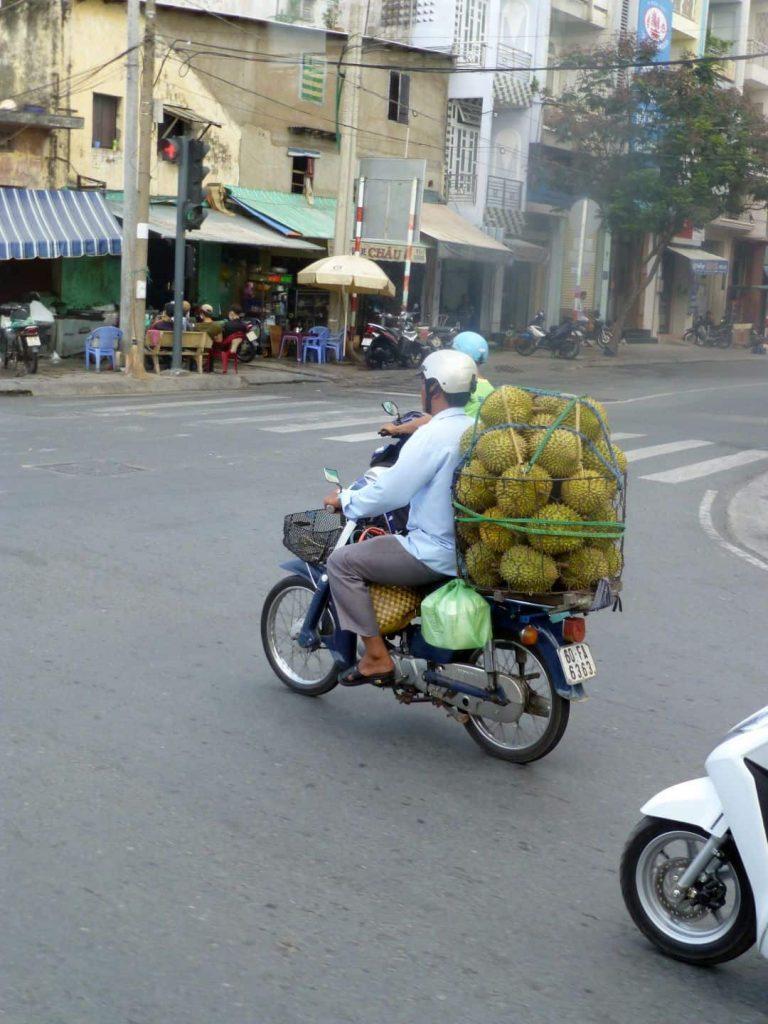 Saigon 2014. Jackfruit wird auf dem Motorrad transportiert.