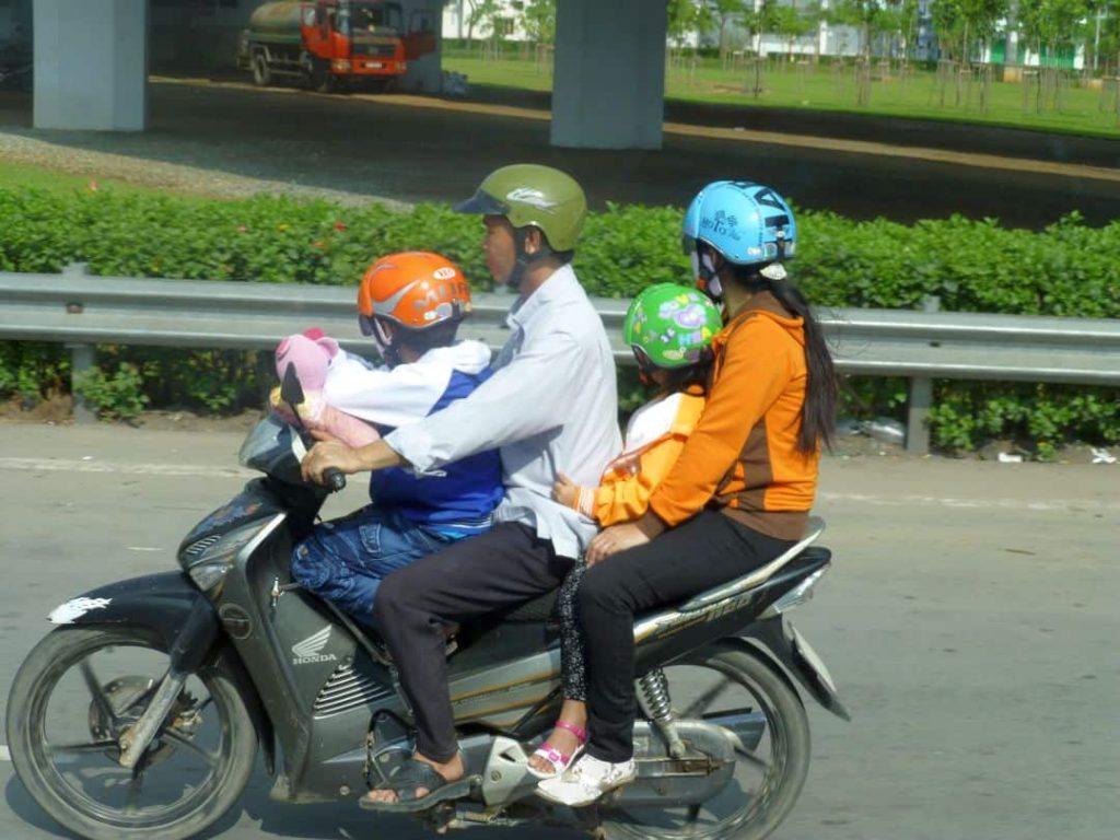 Vierköpfige Familie auf dem Motorrad. Vietnam 2014